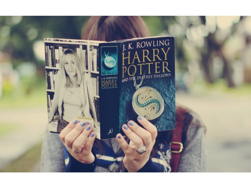 girl-reading-harry-potter-book-1400x1050